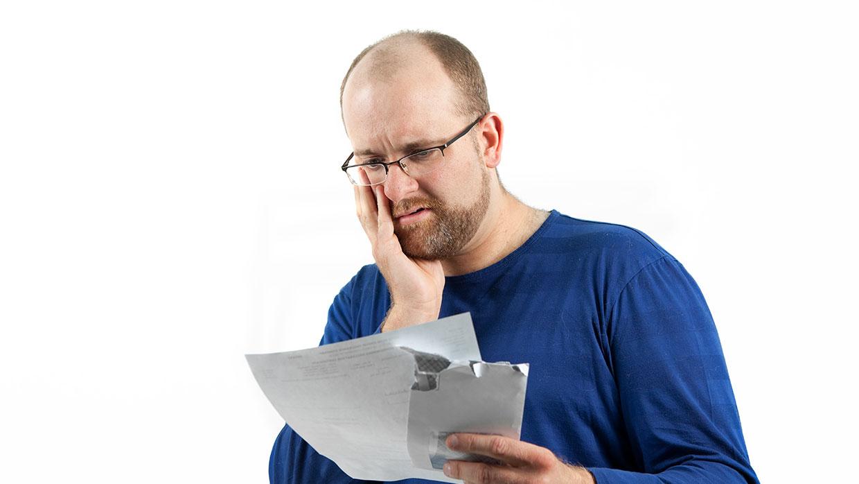 Mann ist verzweifelt wegen hoher Rechnung